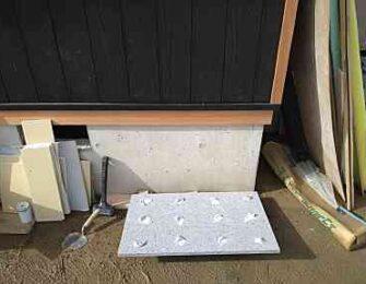コンクリート部分にボンドで板石を接着します。
