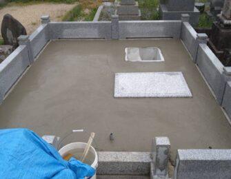 納骨室を据えて、下地コンクリートを施工しました