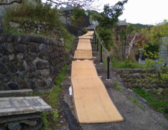 墓地までの長い階段に運搬機を通すため畳を敷きました。