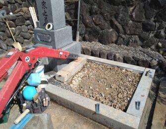 砕石を入れて転圧します。このあと副碑を据え付けて巻石内に砂利を敷き詰めました。