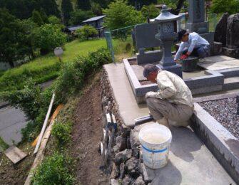 墓地内にも草抑えのコンクリートを打ちます