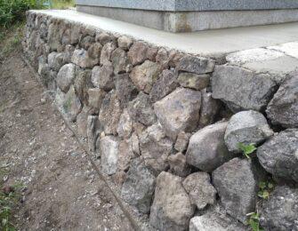 掘削・杭打ち・ベースコンクリート打設のあと、石を積み直します
