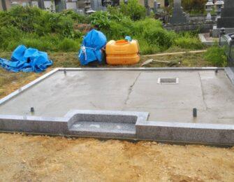 新たに巻石を設置して、砕石入れ転圧をかけてベースコンクリートを打ちました 中ほどのくぼみは納骨室となります