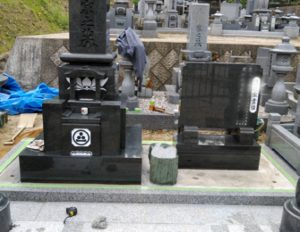 石碑の後、副碑・灯篭を据え、樹脂砂利施工で草が生えるのを防ぎます