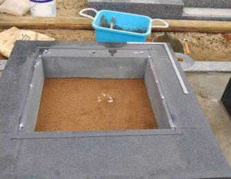 四ツ石(土台となる石)を据え付け、納骨室に土を入れました