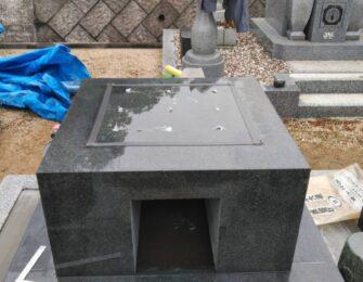 上台をのせ耐震ボンドを付けてから竿石を据え付けます。中央の切り込みから納骨ができます
