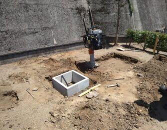 石碑を据える場所を転圧し、五輪塔の場所には納骨室を設置します