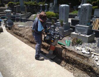 整地転圧しコンクリート打設の後、延石を据え付けます