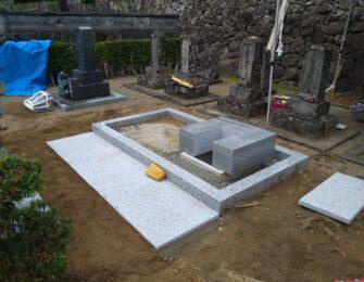 巻石内を掘削・転圧・整地し、納骨室を設置しています