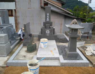 石碑・副碑・灯篭等を据え付け、仕上げに砂利を敷き均しています