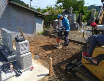 新しい墓地に砕石を入れ転圧しています