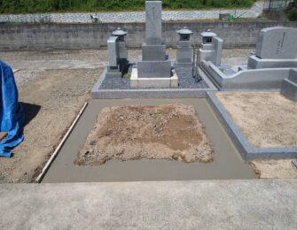 墓地区画を巻石で囲み