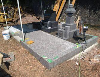 石碑の前は貼石施工をしています