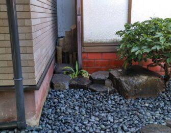 玄武岩を据え付け、1寸の那智黒石を敷き詰めました