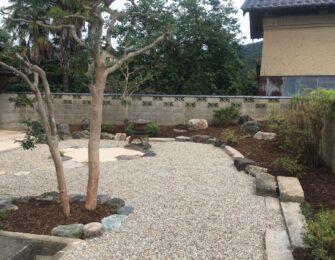 庭灯篭の周りに無草土を敷き、広範囲に砂利も敷き均しました